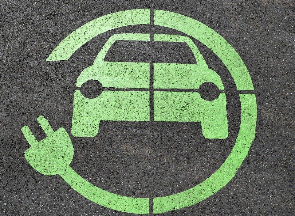 Hybrydy plug in czy zwykłe – którą opcję wybrać w nowych autach?
